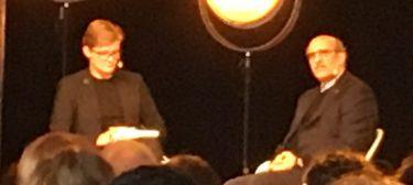 Samtal på scen mellan två personer.