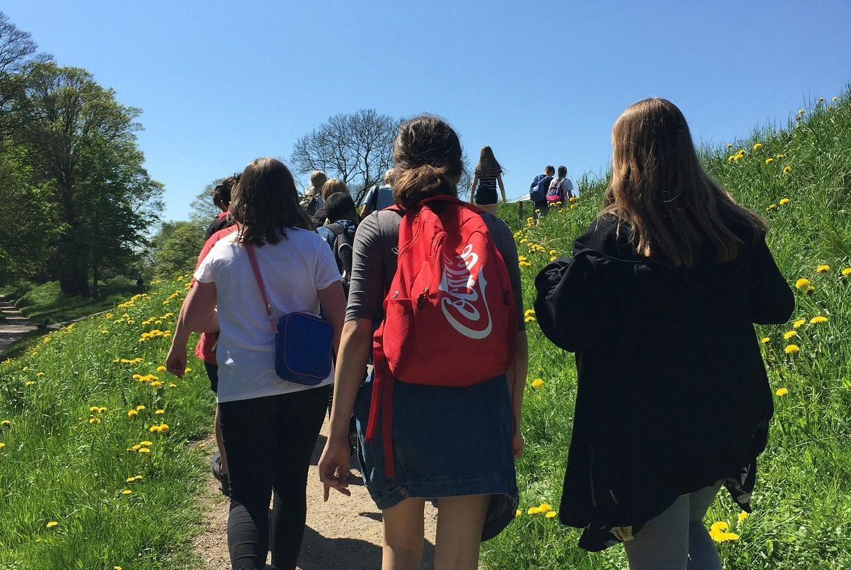 Elever går uppför backe.