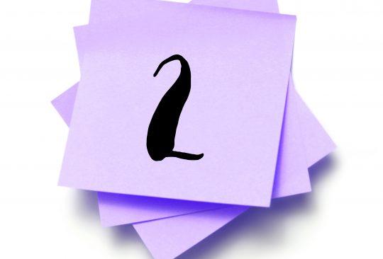Ett L står på en hög med post-it-lappar.
