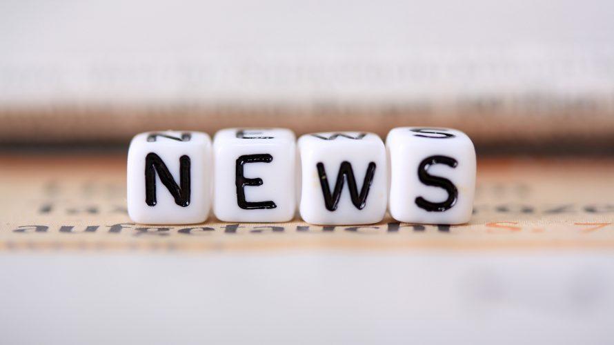 Ordet news bildas av bokstäver på tärningar.