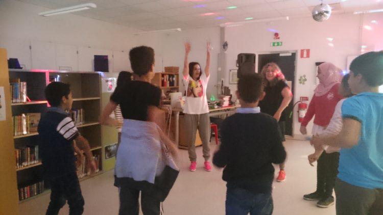 Ledarna visar rörelser för eleverna.