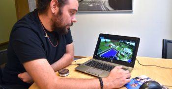 Jesper Nilsson visar minecraft på datorn.