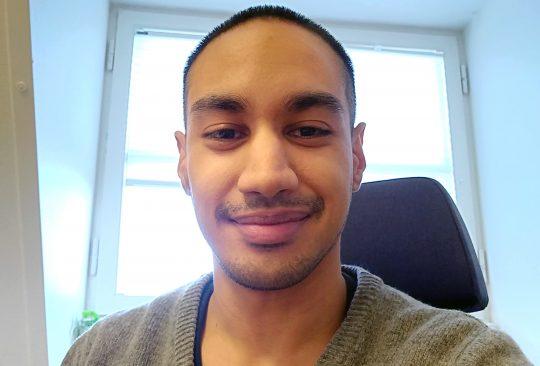 Dariush Djamnezhad sitter på sin kontorsstol.