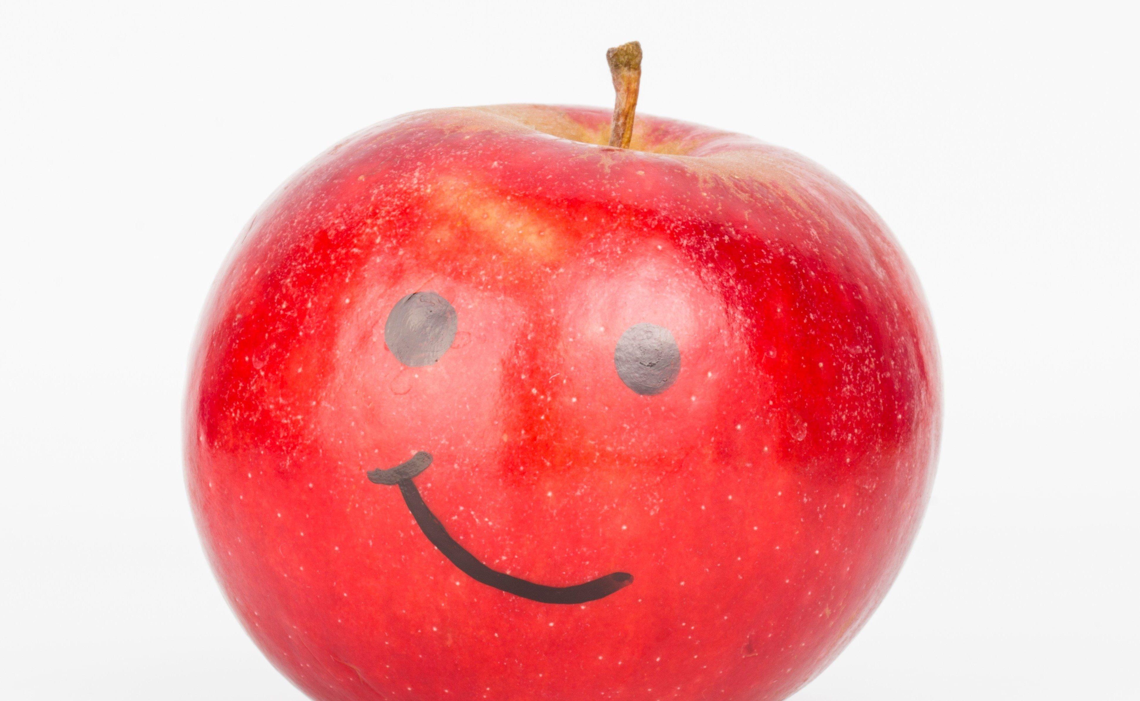 Äpple med påmålat ansikte.