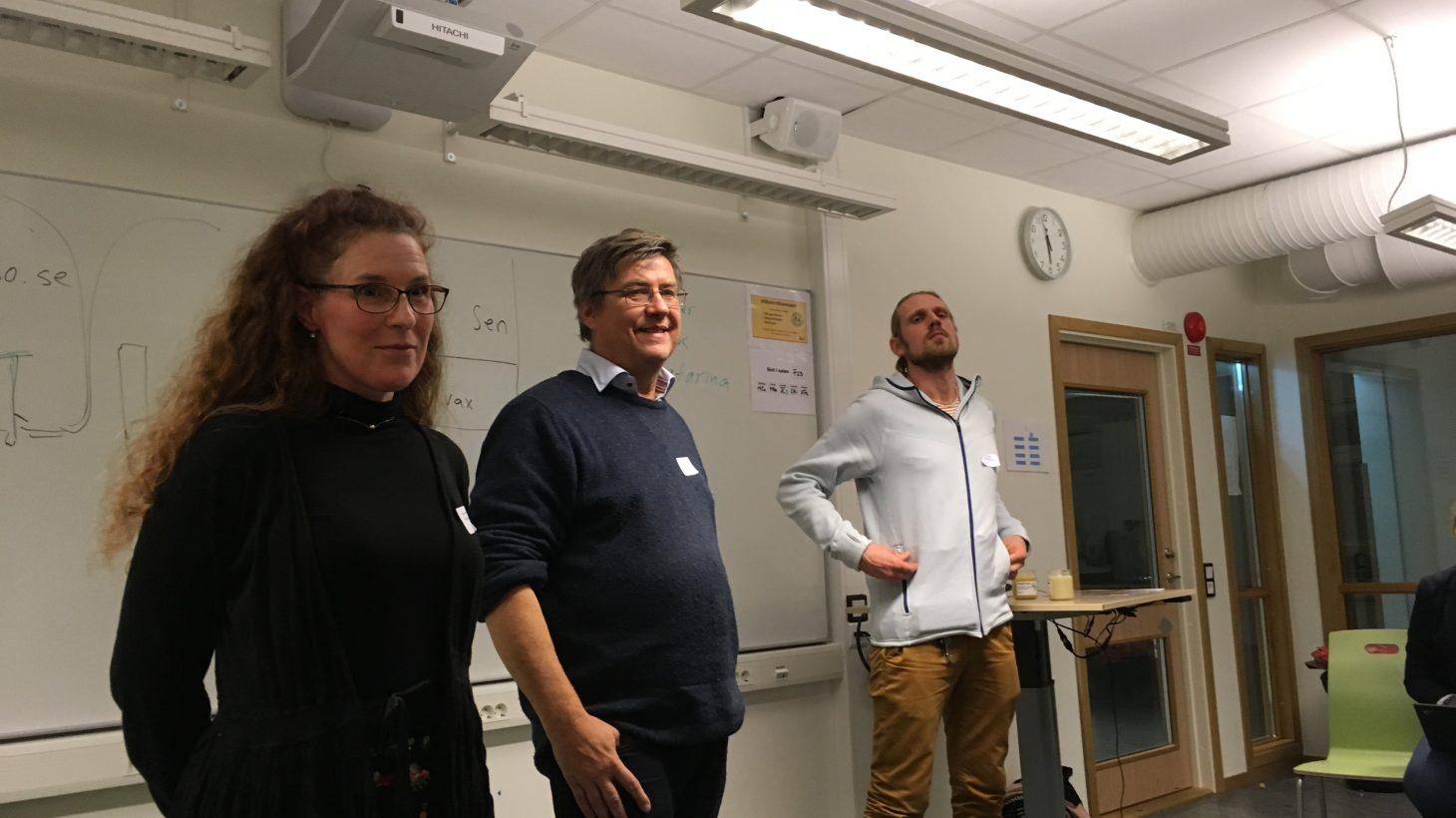 Pedagoger står vid whiteboard.