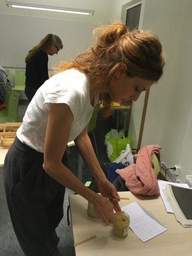 Kvinna testar experiment.