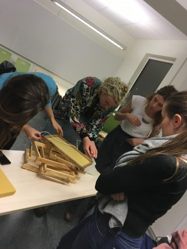 Pedagoger bygger ihop experiment.