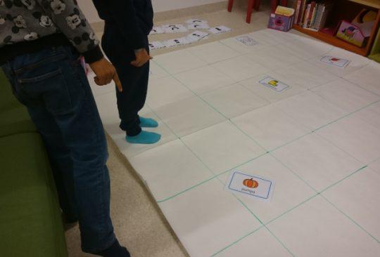 Barn står i rutnät på golvet.