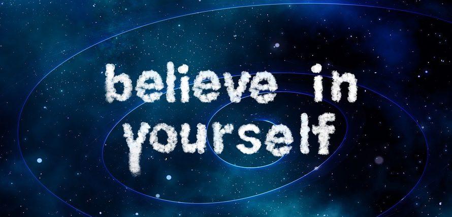 Att tro på sig själv står skrivet på en rymdliknande bakgrund.