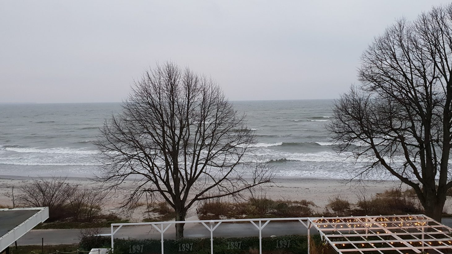 Havet rullar in på sandstrand.