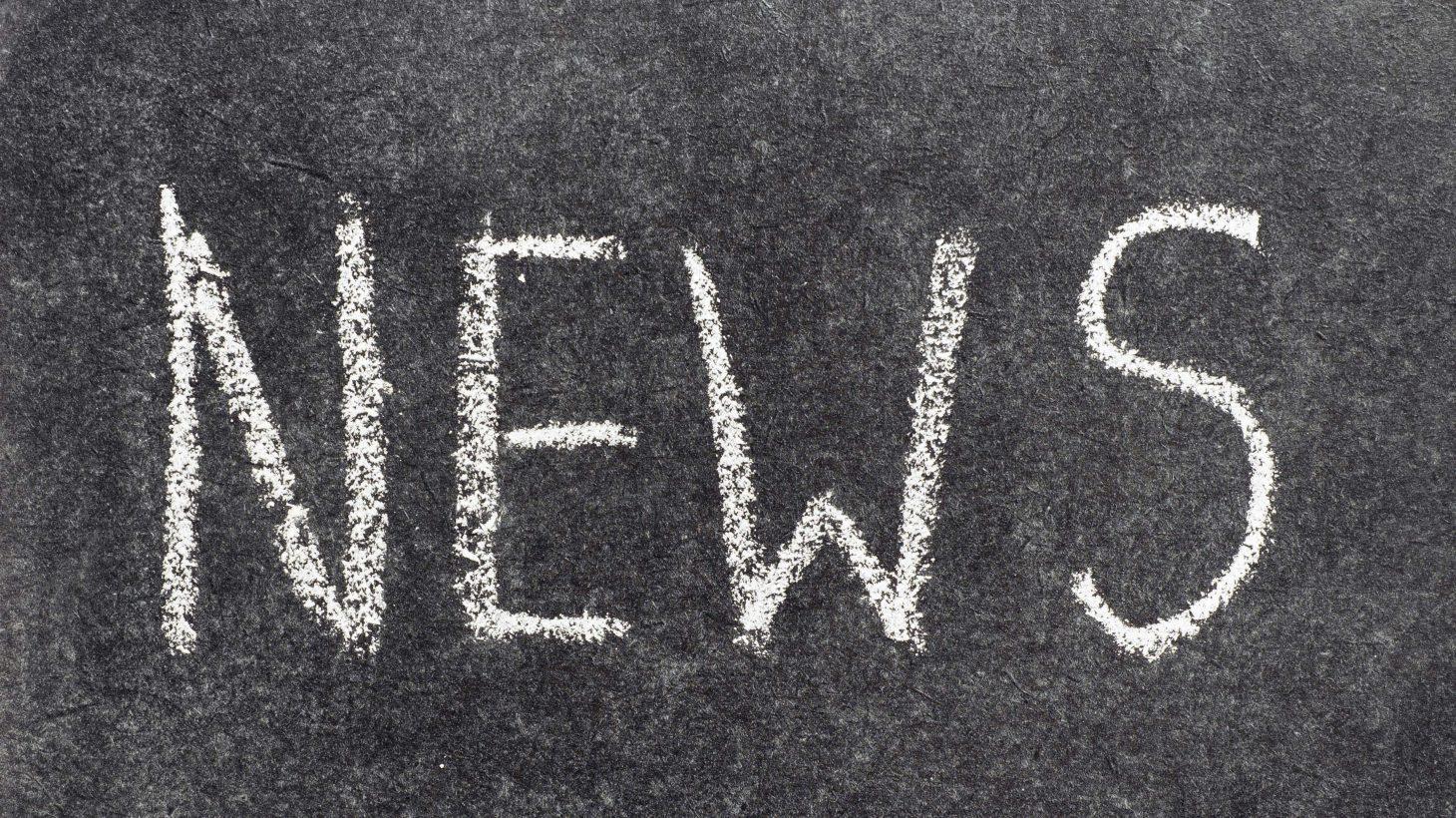 Ordet news står på svart tavla.