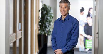 Hans Nilsson, Utbildningschef på grundskoleförvaltningen står i korridoren.