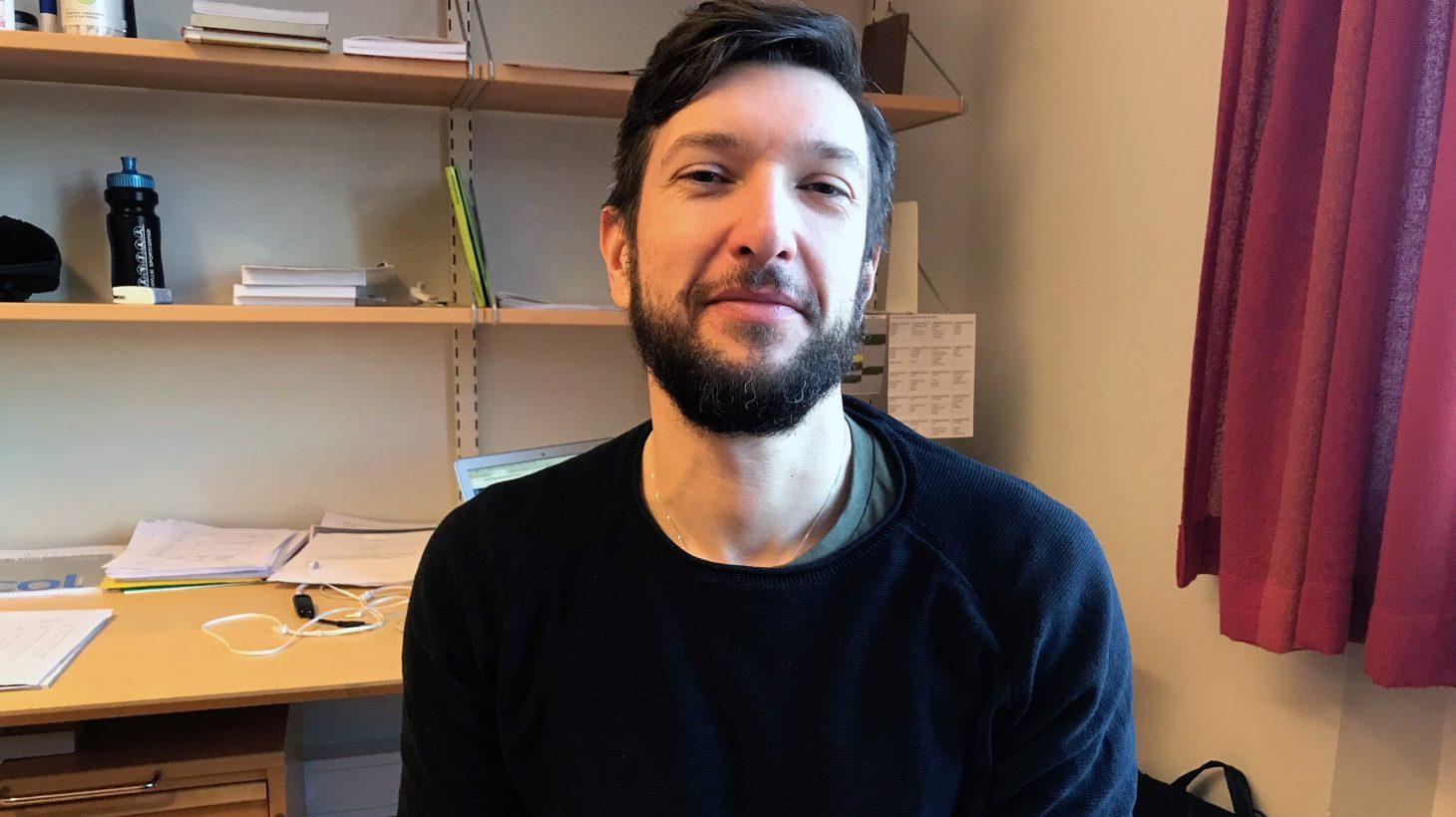 Aleksandar Djordjevicsitter på sitt kontor.