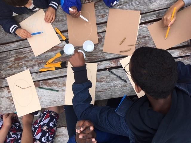 Barn målar utomhus.