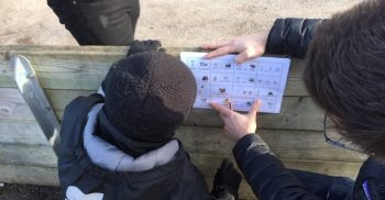 Pedagog visar barn bildstöd.