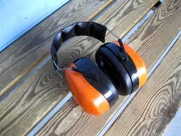 Hörselkåpor ligger på bänk.