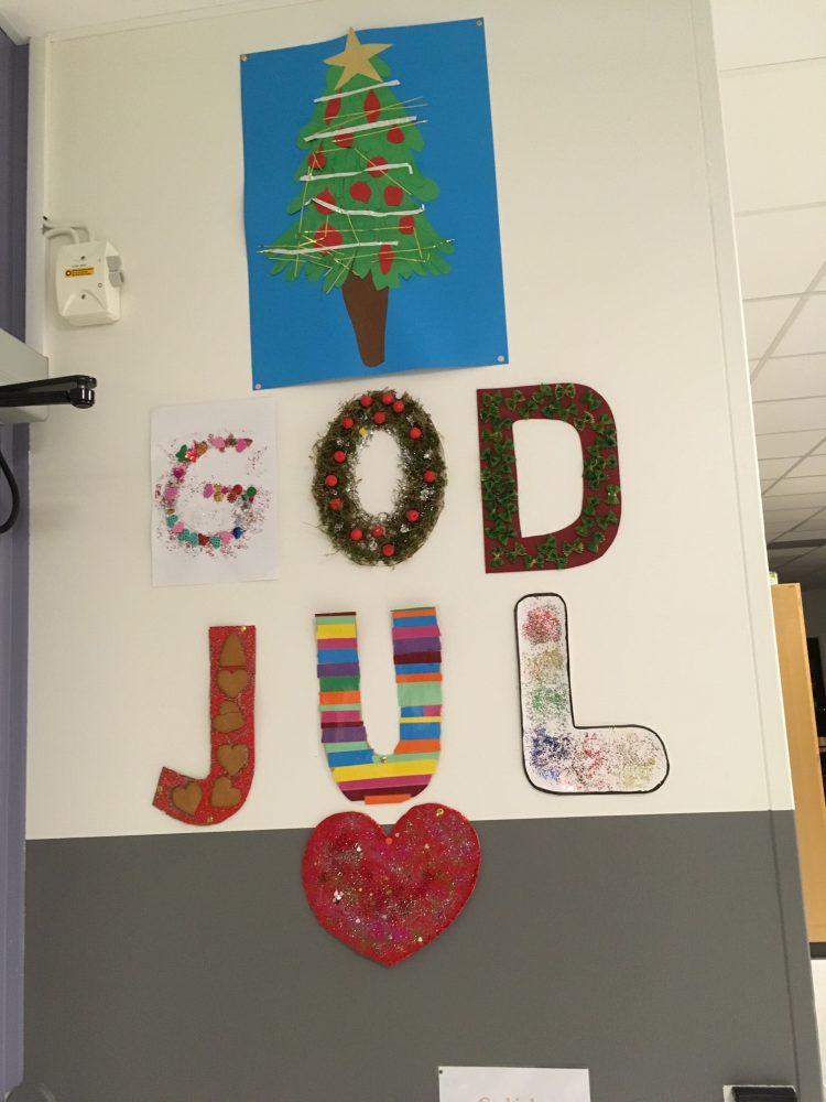 God jul står på vägg.