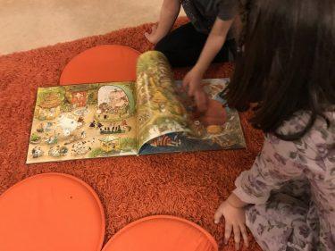 Barn bläddrar i bilderbok.