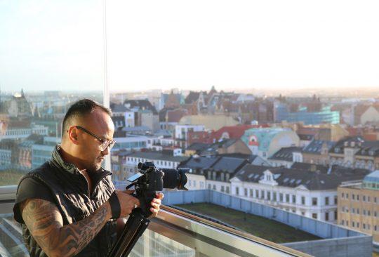 Tobias Olsson filmar ut över Malmös takåsar.