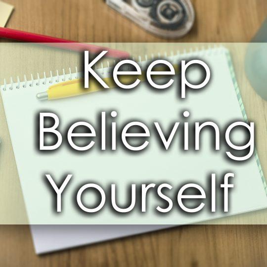 Block och pennor med texten: Keep believing yourself.