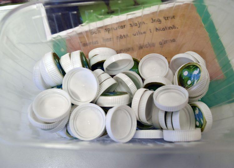 Små vita plastkorkar.