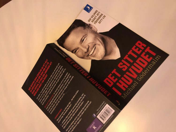 Bok ligger uppslagen med omslaget uppåt.