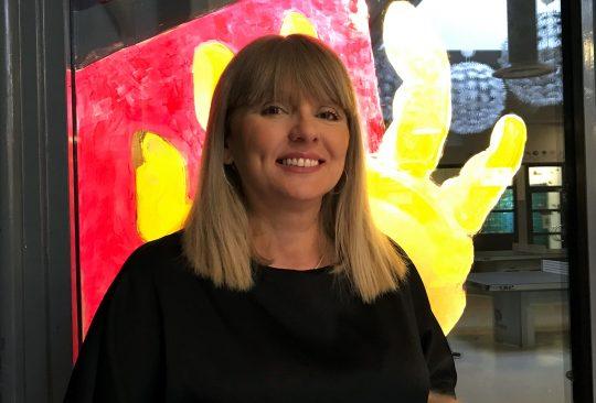 Jaklina Stankic framför konstverk i skolan