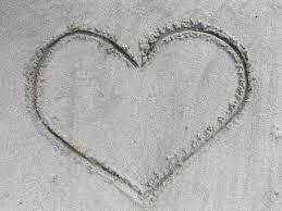 Hjärta gjort i sandstrand.