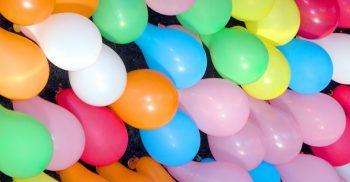 Massor av ballonger i olika färger.