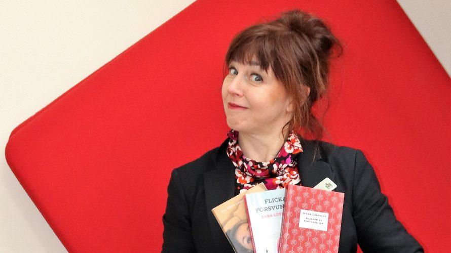 Helena Jeppsson håller upp tre böcker.