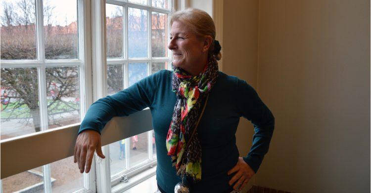 Ingrid Landén står framför ett fönster