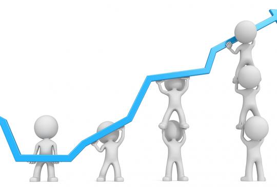 Vita tecknade gubbar håller tillsammans upp en blå diagrampil som sträcker sig uppåt.
