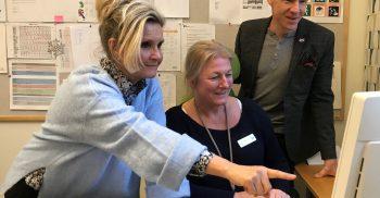 Jane Karlberg, Ingrid Landén och Lars Ljunggren tittar på datorn tillsammans