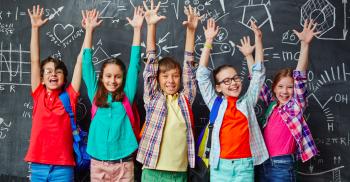 Glada barn sträcker händerna mot luften.