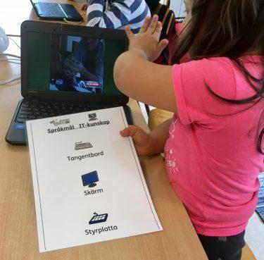 Elev har olika begrepp från IT framför sig och visar på en dator.