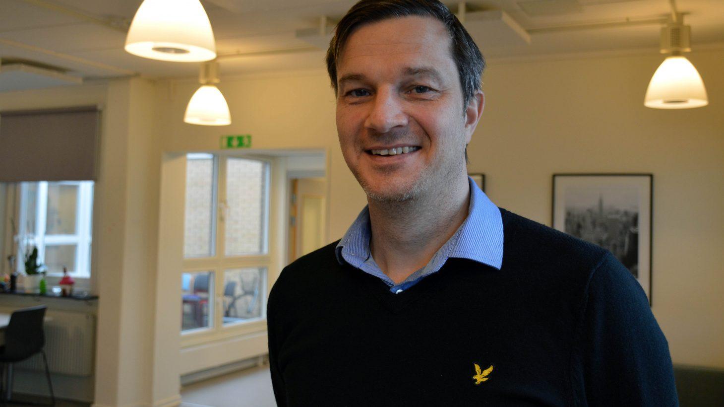 Anders Wahlen, rektor på Videdalsskolan står i dörröppning