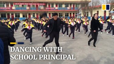 Rektor dansar med elever.