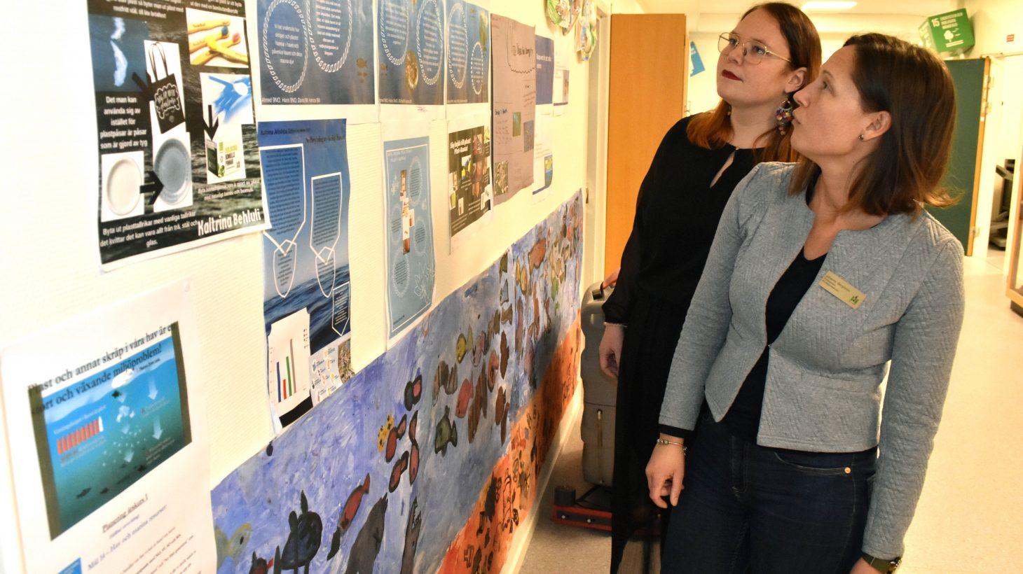 Mika Lundblad, lärare i svenska och svenska som andraspråk, och Johanna Bergström, förstelärare i matematik och NO, på Kryddgårdsskolan tittar på elevernas arbete.
