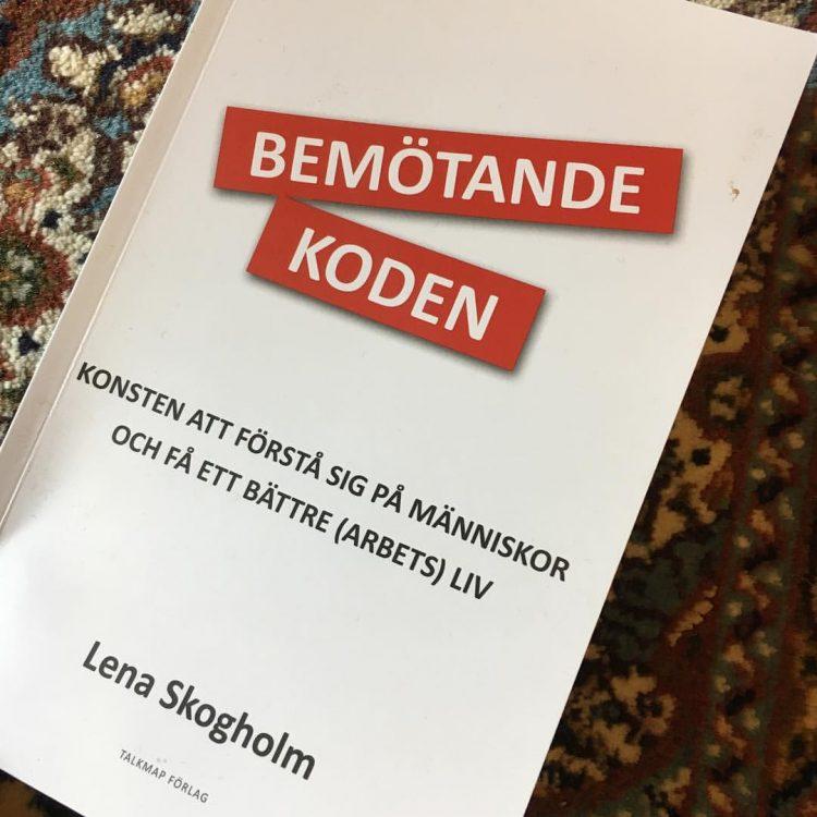 """Bokomslag till """"Bemötandekoden""""."""