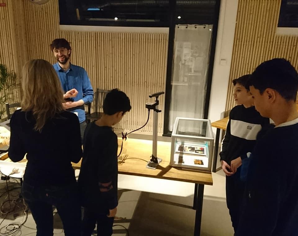 Elever tittar på utställning.