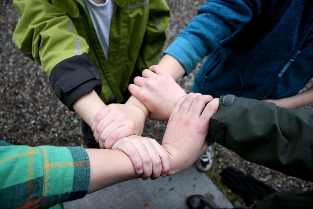 Fyra barn håller varandras händer.