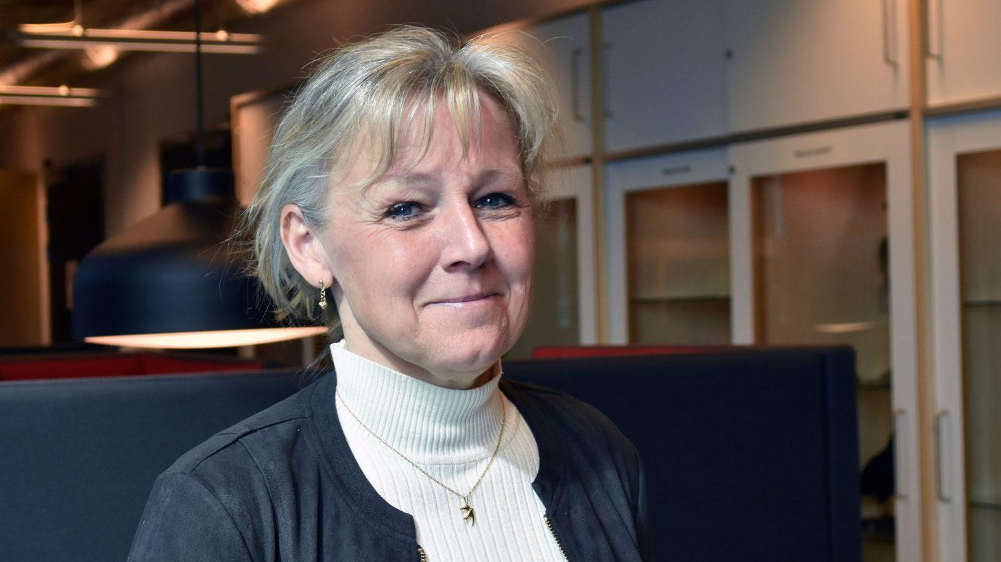 Anette Barr, universitetsadjunkt på Malmö universitet, sitter i soffa.