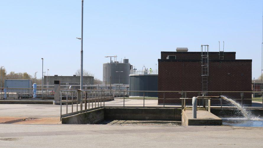 Reningsverk där vatten sprutar.