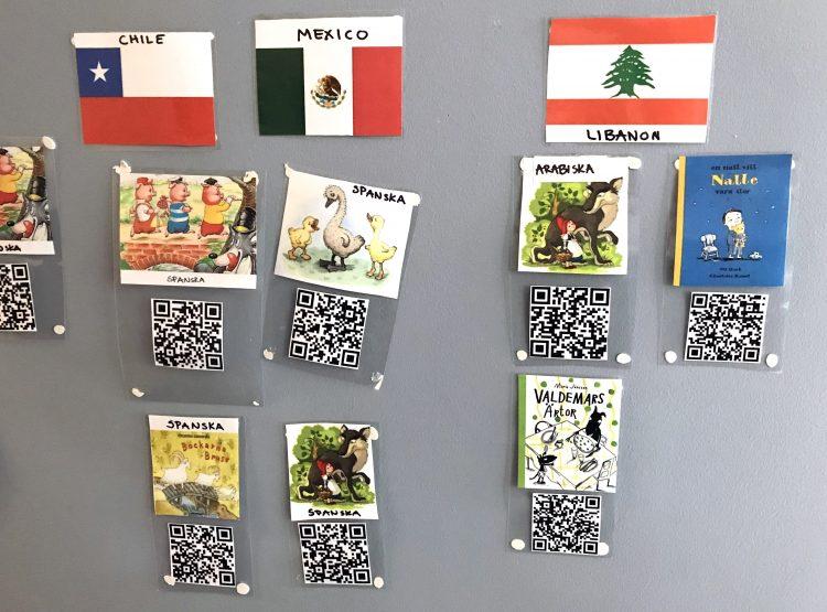 QR-koder och flaggor uppsatta på vägg.