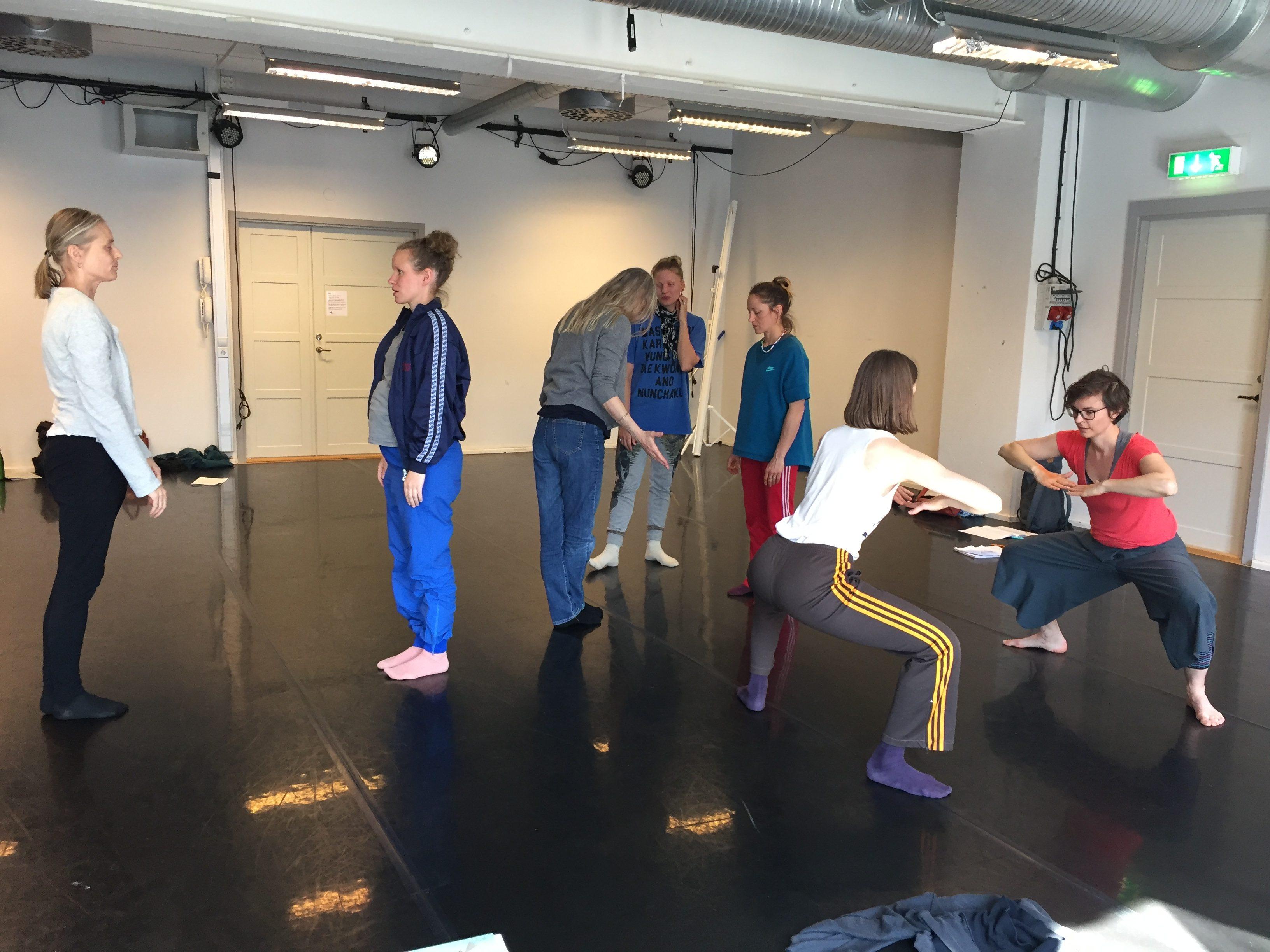 Pedagoger testar dansmatteövningar.
