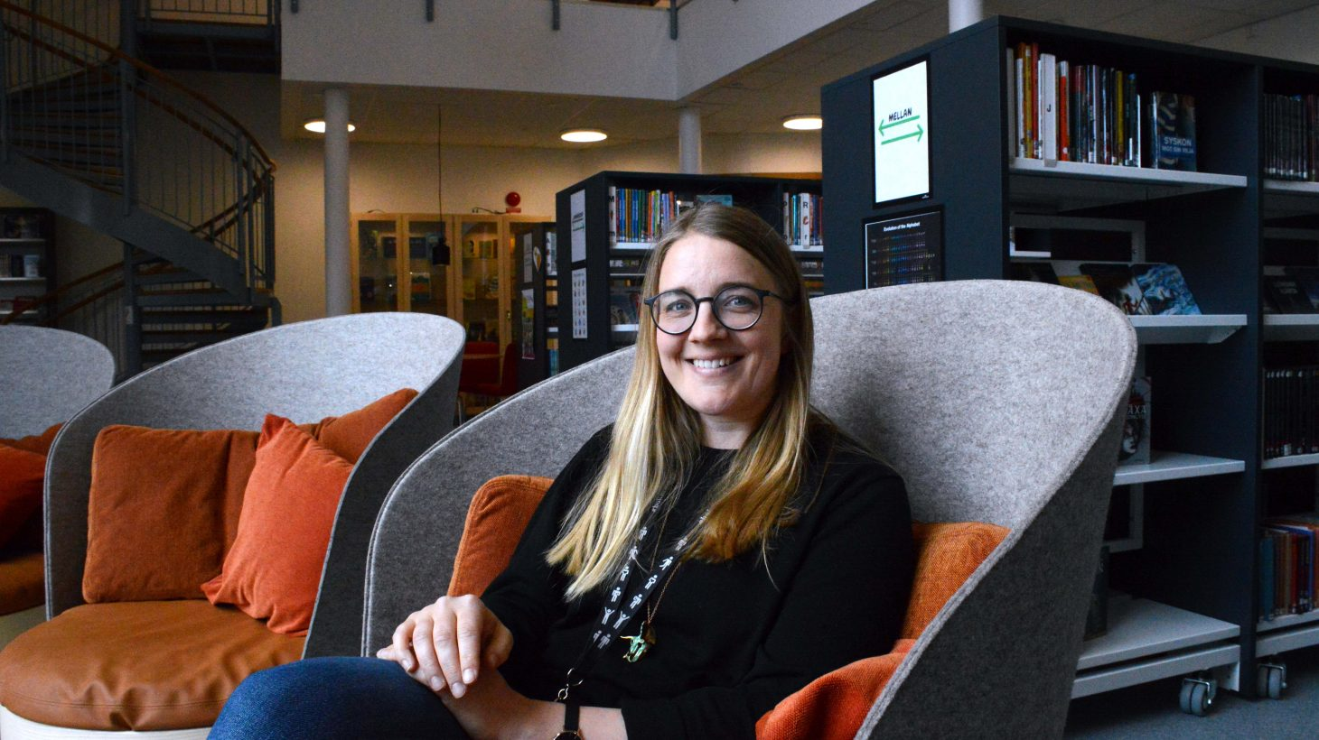 Skolbibliotekarie Lisa Hamfors sitter i en av fåtöljerna i det nybyggda biblioteket på Tingdammsskolan.