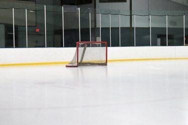 Hockeymål står i isrink.
