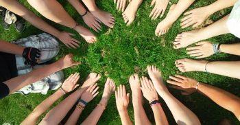 Händer och fötter samlas i mitten.
