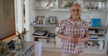 Förste förskollärare Azar Peykani visar runt på Visans förskola.