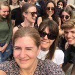 Lärare tar selfie med elever.
